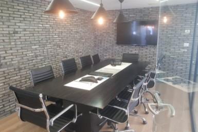 חדר ישיבות במשרדים להשכרה ברמת גימור אבסולוטטית, במגדל מפואר