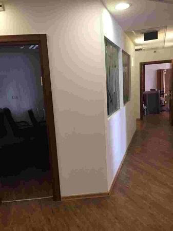 מסדרון משרדים להשכרה בבניין מטופח על ציר יגאל אלון תל אביב