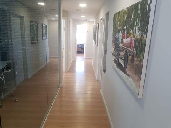 מסדרון משרדים להשכרה ברמת גימור אבסולוטטית, במגדל מפואר