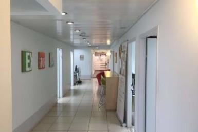 מסדרון משרדים נהדרים משופצים כחדשים להשכרה על ציר יגאל אלון