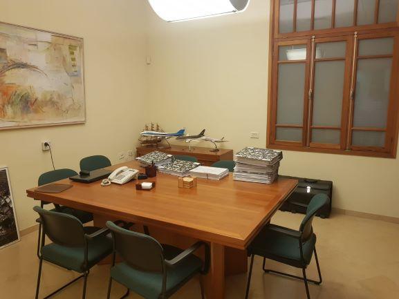 חדר ישיבות של משרדים מיוחדים להשכרה בבניין לשימור בתל אביב