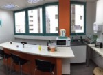 מטבחון משרדים להשכרה ליד הרכבת ברמת גימור גבוהה עם חדרים רבים