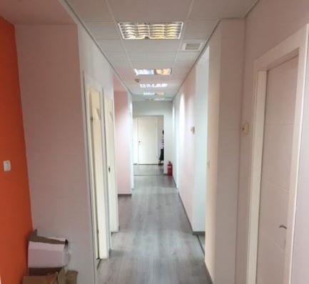 מסדרון משרדים להשכרה ליד הרכבת ברמת גימור גבוהה עם חדרים רבים