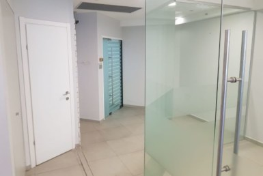 מסדרון של משרדים להשכרה במגדל בקומה גבוהה קו ראשון לים