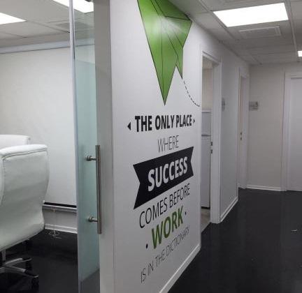 מסדרון של משרדים מעוצבים משופצים ומרוהטים להשכרה ביד חרוצים