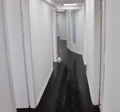 מסדרון של משרדים מעוצבים משופצים ומרוהטים להשכרה