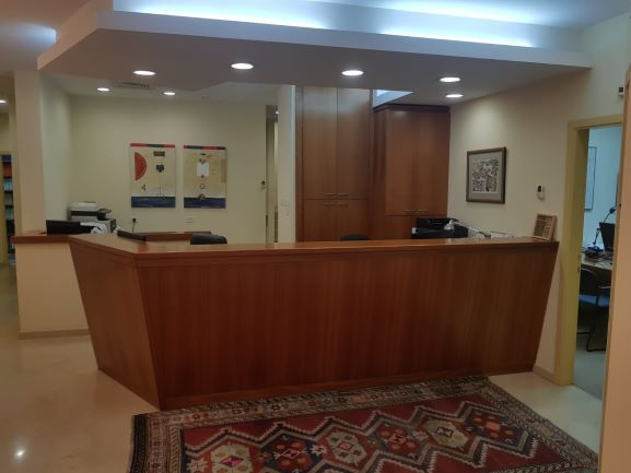 עמדה קבלה של משרדים מיוחדים להשכרה בבניין לשימור בתל אביב