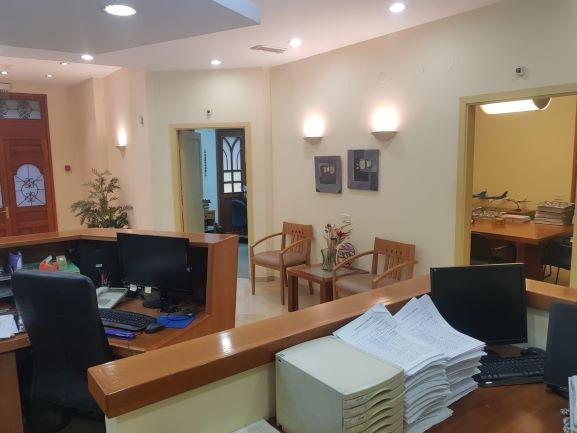 קבלה בזוית פנימית של משרדים מיוחדים להשכרה בבניין לשימור בתל אביב