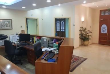 קבלה של משרדים מיוחדים להשכרה בבניין לשימור בתל אביב