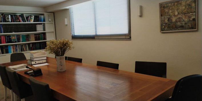 חדר ישיבות במשרדים להשכרה בשכונת מונטיפיורי תל אביב עם מרפסת
