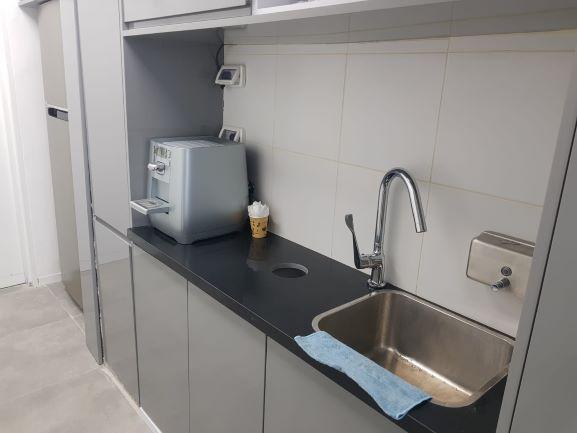 מטבחון של משרדים קטנים להשכרה במגדל אלון כולל שימוש במכון כושר