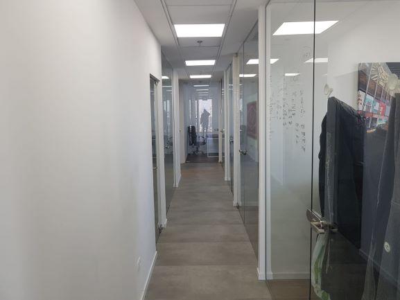 מסדרון משרדים קטנים להשכרה במגדל אלון כולל שימוש במכון כושר