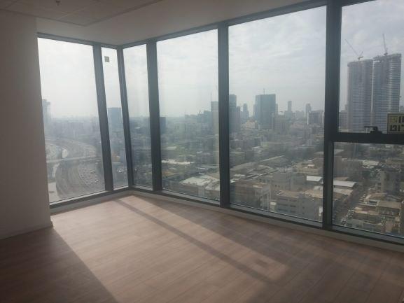 """חלונות מהרצפה לתקרה במשרד במגדלי אלון 660 מ""""ר"""