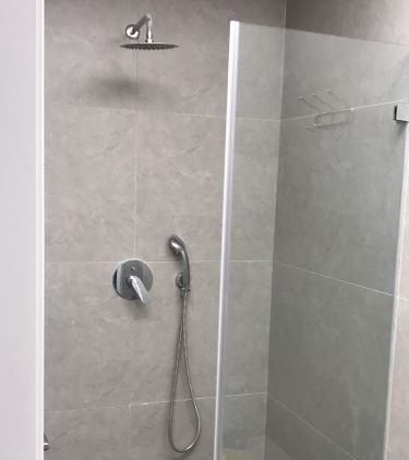 מקלחת במשרדים מפוארים להשכרה ברמת החייל