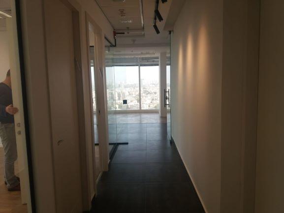 """137 מ""""ר משרדים להשכרה בבסר 3 ק' גבוהה,פינה עם נוף"""
