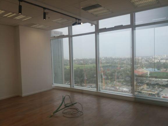 """137 מ""""ר משרדים להשכרה בבסר 3 ק' גבוהה, חדר עם חלונות ונוף"""