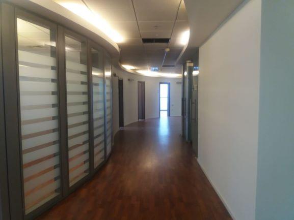 """משרדים להשכרה בבסר 2 300 מ""""ר, נוף ליםו לפארק"""