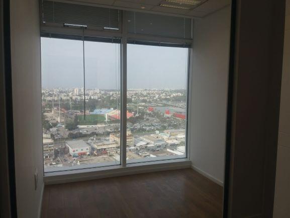 """137 מ""""ר משרדים להשכרה בבסר 3 ק' גבוהה, חלון קטן, נוף לים"""