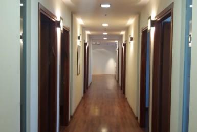 """1,400 מ""""ר מושקעים, חדרי עבודה לצידי המסדרון, ליד רכבת השלום."""