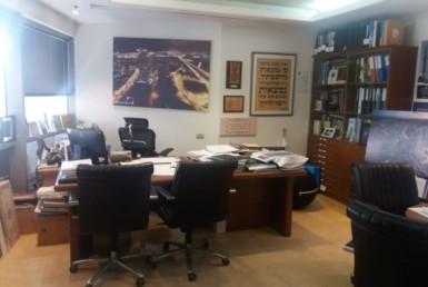 """452 מ""""ר משרדים להשכרה בצפון ת""""א, בבנין משרדים מכובד ביותר"""