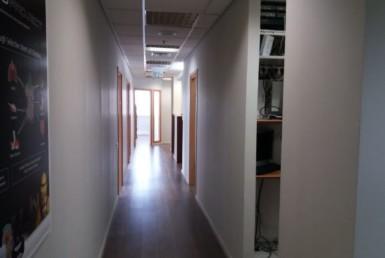 """220 מ""""ר ברמת החייל בנין משרדים מכובד מצופה קירות מסך."""