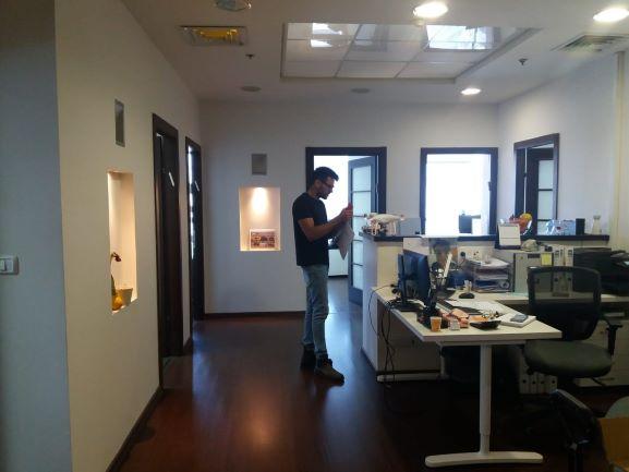 """185 מ""""ר בבנין משרדים מודרני מצופה קירות מסך"""