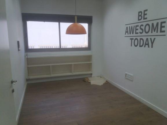 """198 מ""""ר בגלגלי הפלדה הרצליה פיתוח, חדר עם חלון"""
