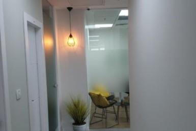 משרד קטן ומדליק, ריהוט מלא למכירה במגדלי אלון