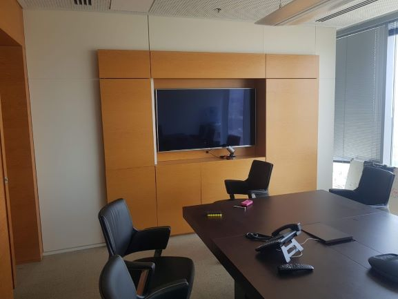 """משרד יוקרתי להשכרה 388 מ""""ר על שד' רוטשילד,חדר ישיבות ומסך"""