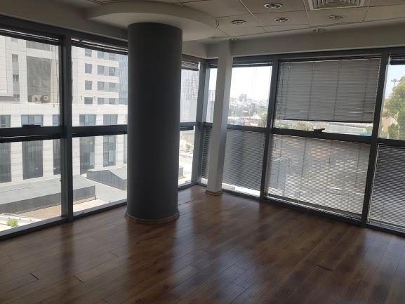 """למכירה בפלטינום 450 מ""""ר, חדר עם חלון"""