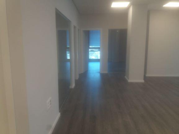 """250 מ""""ר להשכרה בבניין בוטיק בהרצליה , מסדרון"""