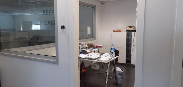 """משרד יפייפה להשכרה בק. מטלון פ""""ת,חדר עבודה"""