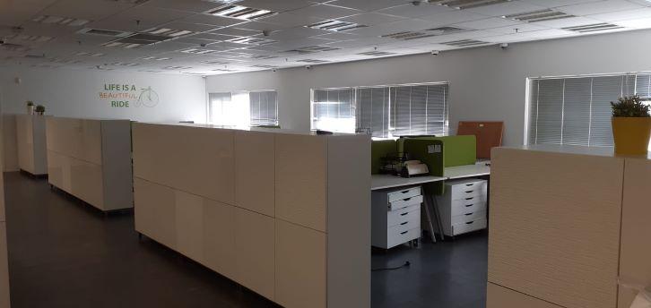 """משרד יפייפה להשכרה בק. מטלון פ""""ת, עמדות עבודה"""