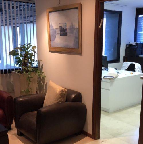 משרדים לעורכי דין יפיפיים במגדל דניאל פריש, עמדת המתנה וחדר