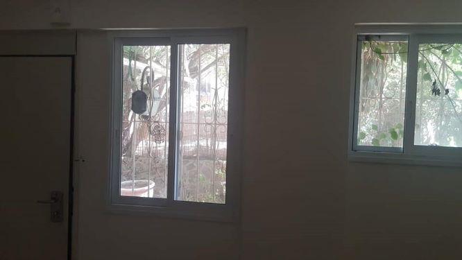 """משרד להשכרה בק""""ק ברח' שקט בצפון הישן, חלונות"""