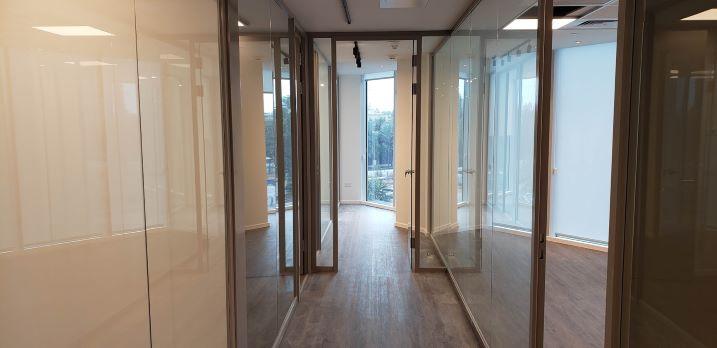 """241 מ""""ר משרד בגימור מושלם במגדלי We, מסדרון"""