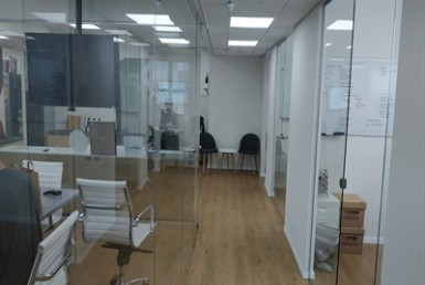 משרד מהמם להשכרה על דרך השלום, קירות זכוכית