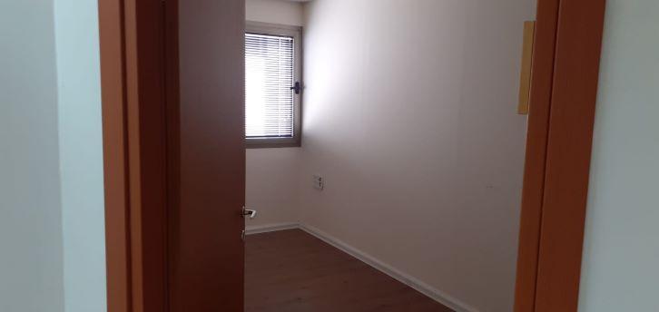"""145 מ""""ר משרד להשכרה מטופח בק. אריה, חדר עבודה"""