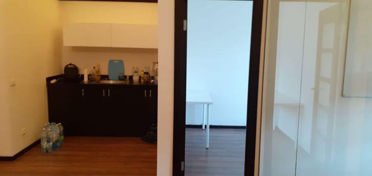 משרדים להשכרה במוטה גור ק' אריה, מטבחון וחדר עבודה
