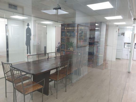 """250 מ""""ר משרד מפואר ומטופח ליד רכבת עזריאלי, חדר ישיבות"""