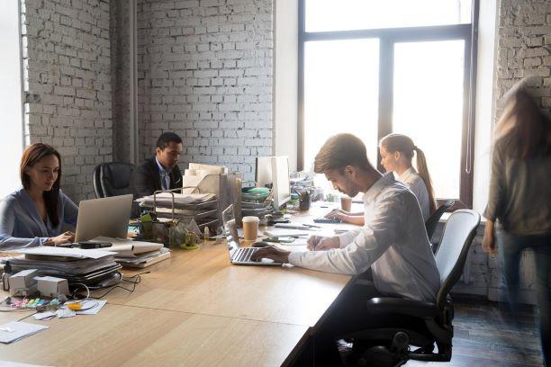 """550 מ""""ר משרדים מטופחים ברמה על ציר יגאל אלון עמדת עבודה"""