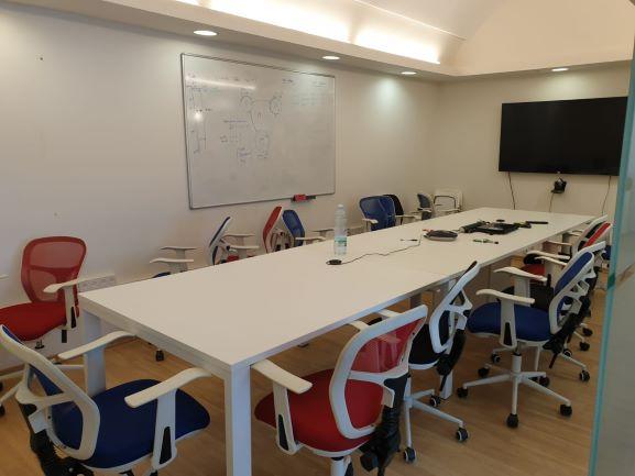 משרד להשכרה בבניין בוטיק נאה בהרצליה פיתוח, חדר ישיבות
