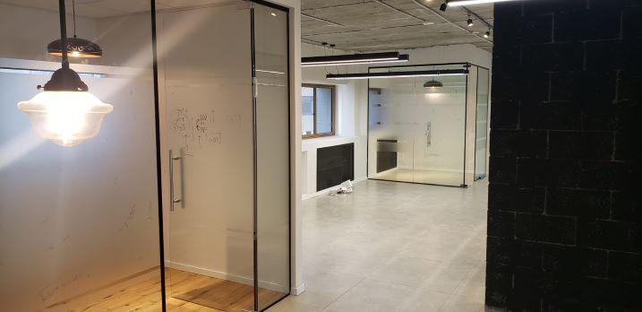 """660 מ""""ר משרד משובח להשכרה במרכז ת""""א, קירות זכוכית"""