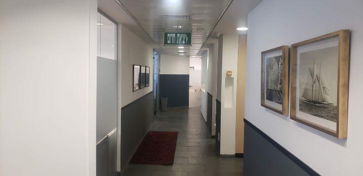 משרד במגדל על, ק' גבוהה, נוף לים מסדרון