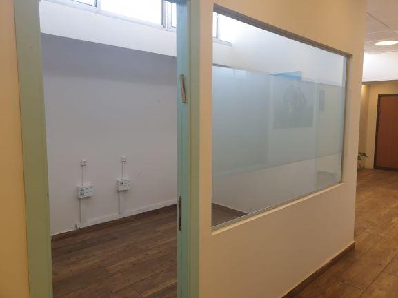 משרד להשכרה בק אריה ליד הרכבת, חדר ישיבות זכוכית