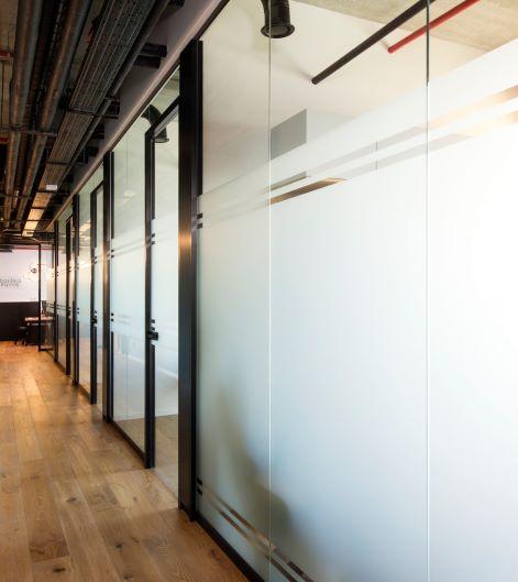 """15 מ""""ר משרד יוקרתי במגדל הארבעה ת""""א, מסדרון, קירות זכוכית"""