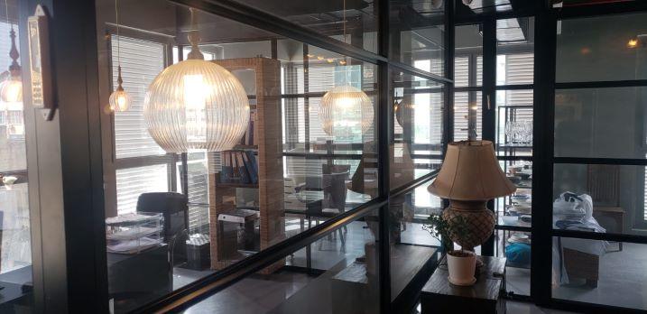 משרד מרוהט יפייפה בש. מונטיפיורי,זכוכיות