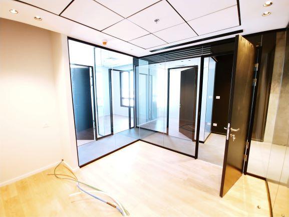משרד למכירה במגדלי בר כוכבא, קירות זכוכית