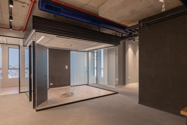 משרד למכירה במגדלי בר כוכבא, חדר ישיבות צף