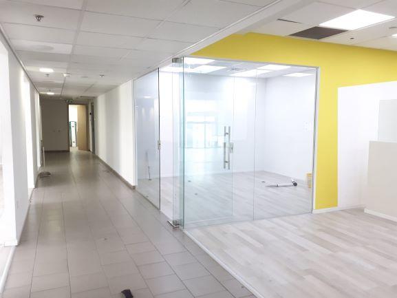 """750 מ""""ר משרד מושקע להשכרה בהוד השרון, חדר זכוכית"""